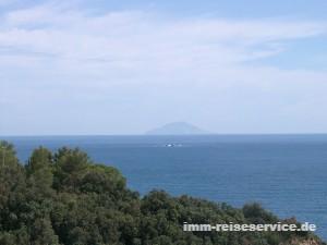 Blick von der Insel Elba auf die Insel Montecristo, bekannt durch Alexandre Dumas' Erzählung Der Graf von Monte Cristo